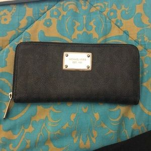 Used rarely. Michael Kors Wallet. Condition: Good